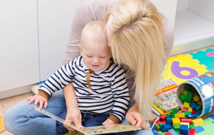 Mutter und Sohn mit Bilderbuch